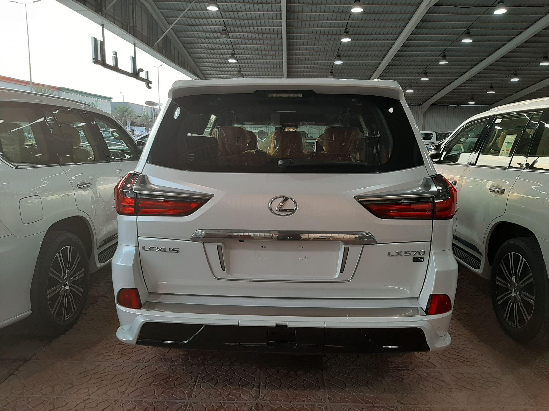 مباع - لكزس LX570  دايموند 2020 خليجي فل جديد للبيع في الرياض - السعودية - صورة كبيرة - 2