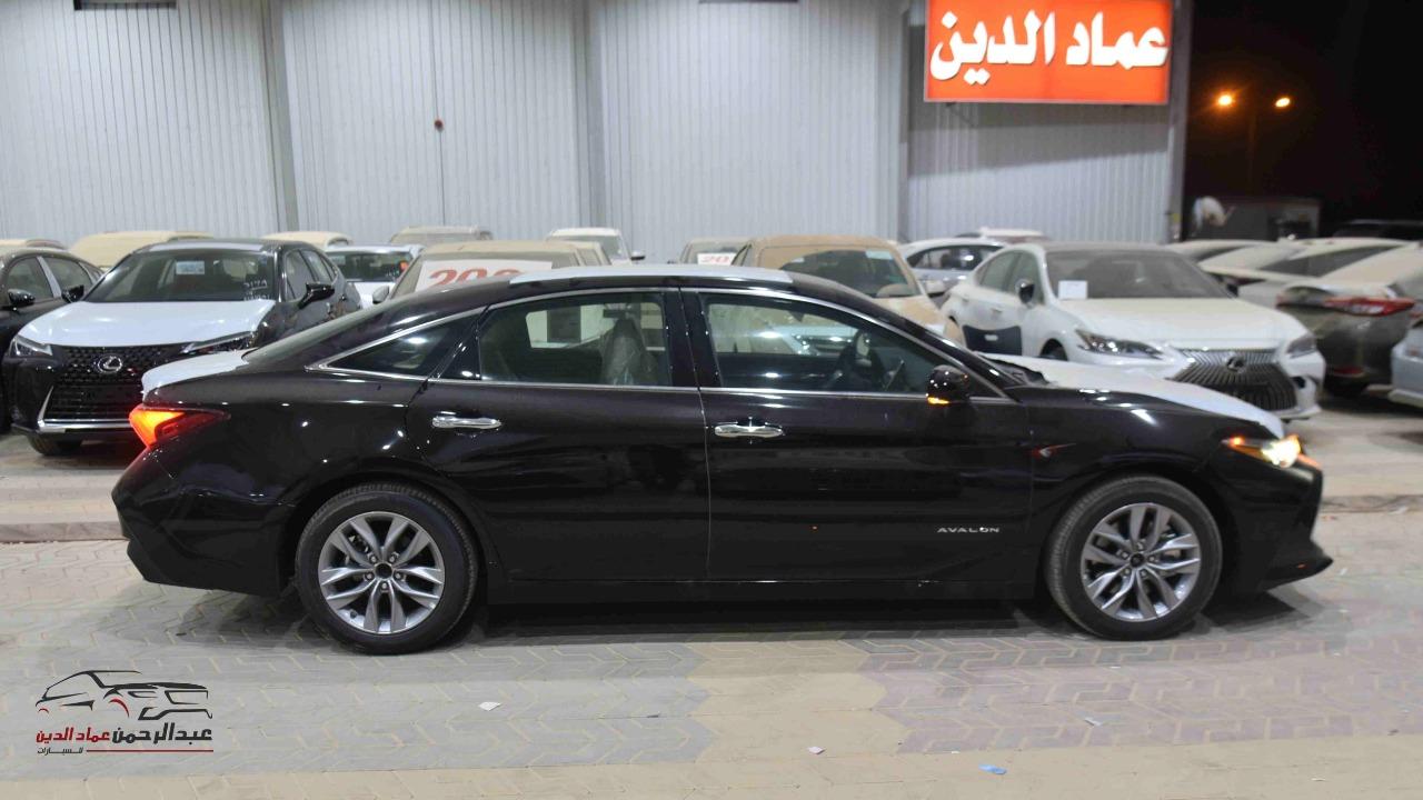 تويوتا افالون XLE   2021 ستاندر سعودي اللون  أبيض  للبيع في الرياض - السعودية - صورة كبيرة - 2