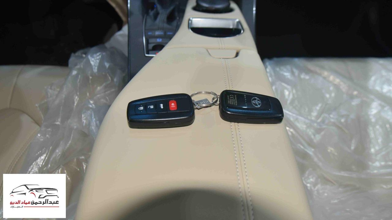 تويوتا افالون XLE   2021 ستاندر سعودي اللون  أبيض  للبيع في الرياض - السعودية - صورة كبيرة - 7