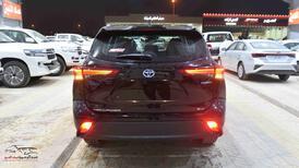 تويوتا هايلاندر  2021  GLE  دفع رباعي سعودي اللون فضي  للبيع في الرياض - السعودية - صورة صغيرة - 4