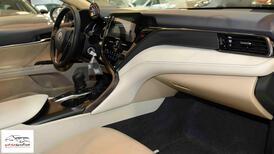 تويوتا كامري 2021 جنوط LE بنزين سعودي  اللون رمادي  للبيع في الرياض - السعودية - صورة صغيرة - 8