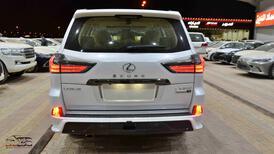 لكزس LX 570    2021   بلاك اديشن   بريمي اللون  ابيض داخل بيج  للبيع في الرياض - السعودية - صورة صغيرة - 4