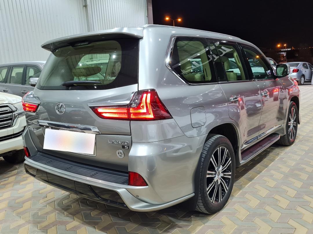 لكزس LX 570-SS Sport كويتي 2020 فل للبيع في الرياض - السعودية - صورة كبيرة - 2