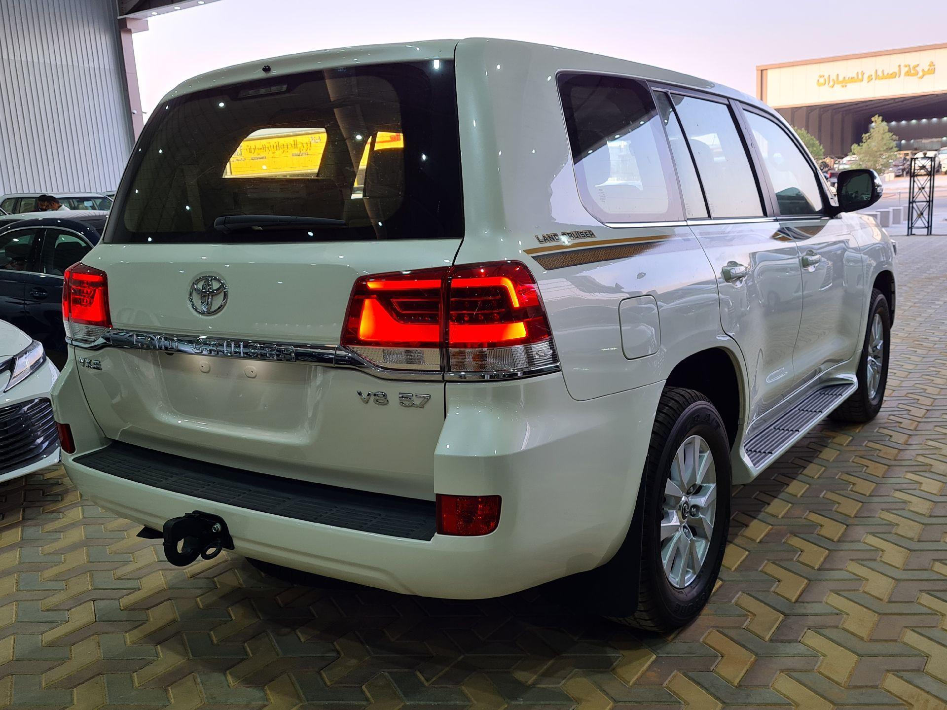 تويوتا لاندكروزر VX.E 2021  بريمي للبيع في الرياض - السعودية - صورة كبيرة - 2