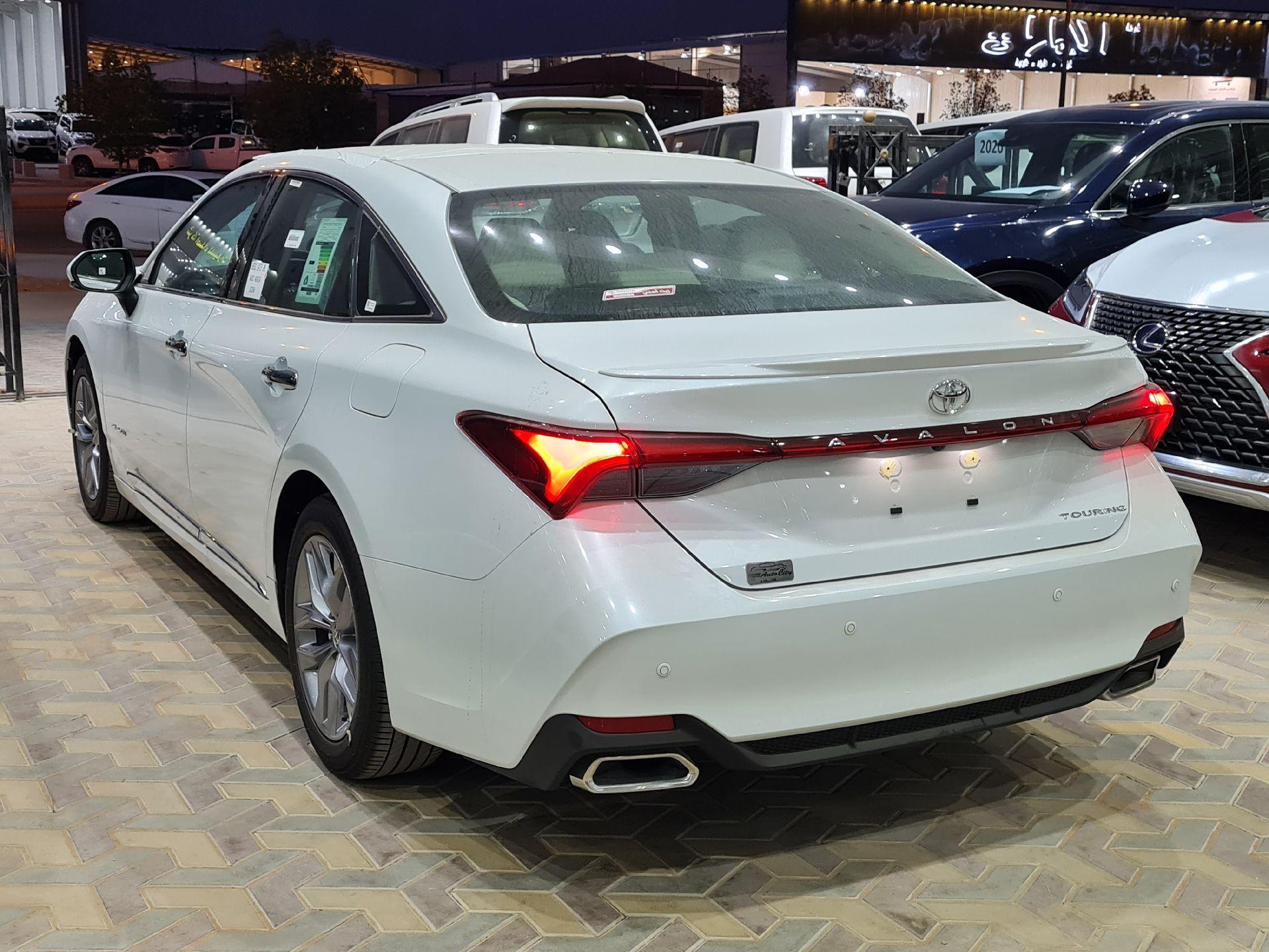 تويوتا افالون Touring نص فل 2021  سعودي جديد للبيع في الرياض - السعودية - صورة كبيرة - 3
