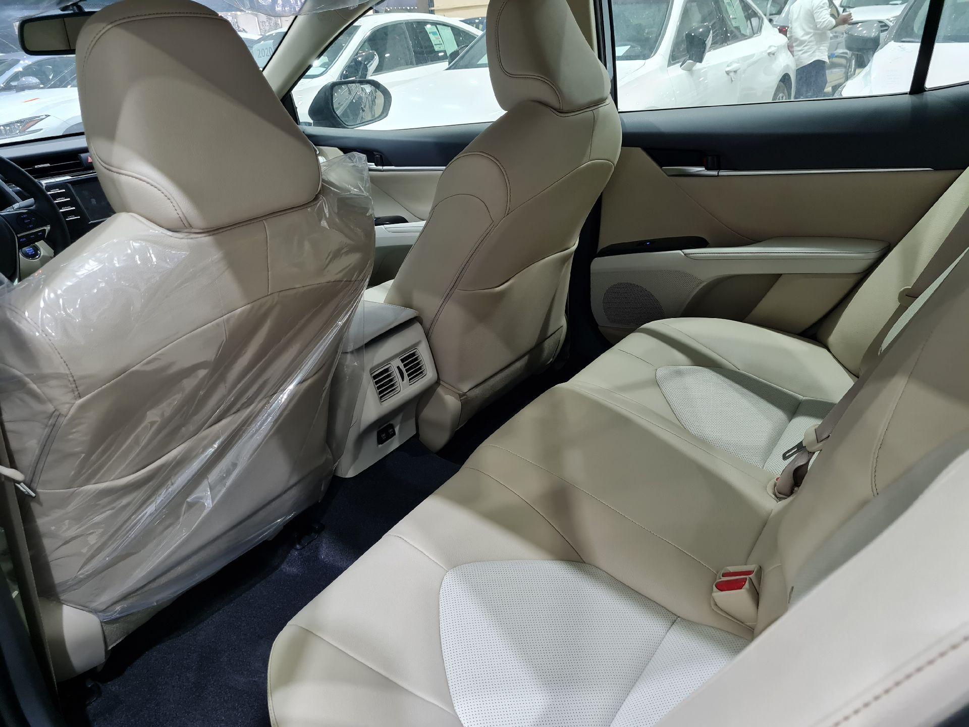 مباع - تويوتا كامري Limited فل 2020 خليجي جديد للبيع في الرياض - السعودية - صورة كبيرة - 10