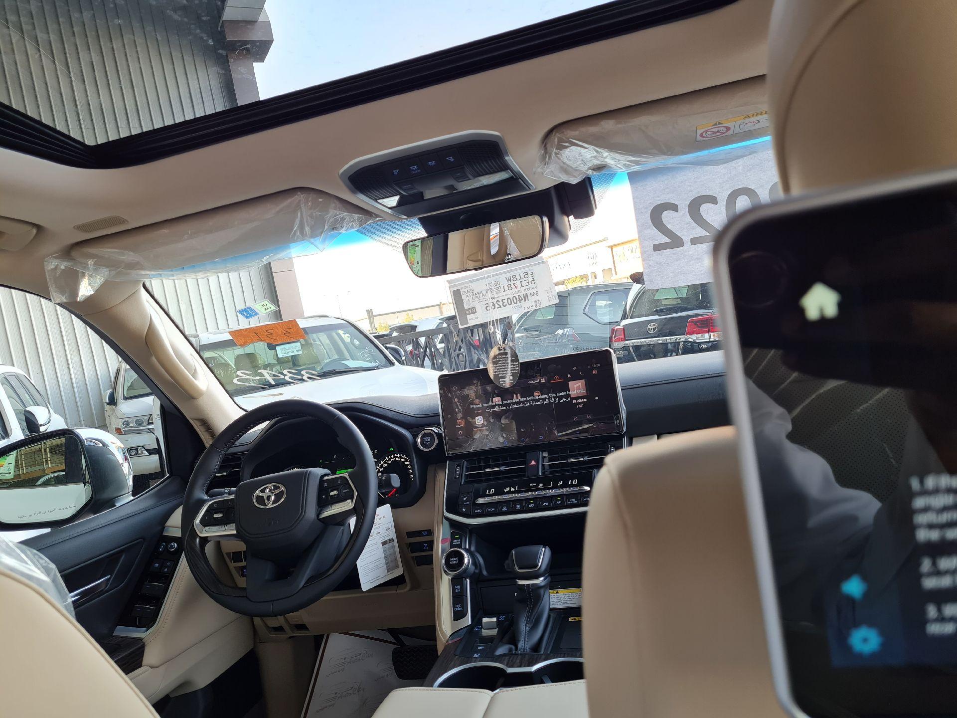 مباع - تويوتا لاندكروزر VX فل 2022 دبل  سعودي جديد للبيع في الرياض - السعودية - صورة كبيرة - 16